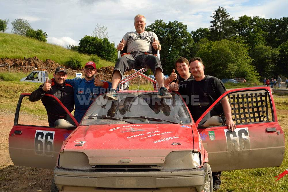 Das Red Devil Racing Team plus Gabi hinter der Kamera